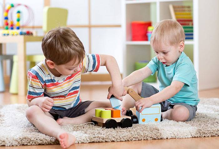 Дети собирают игрушку