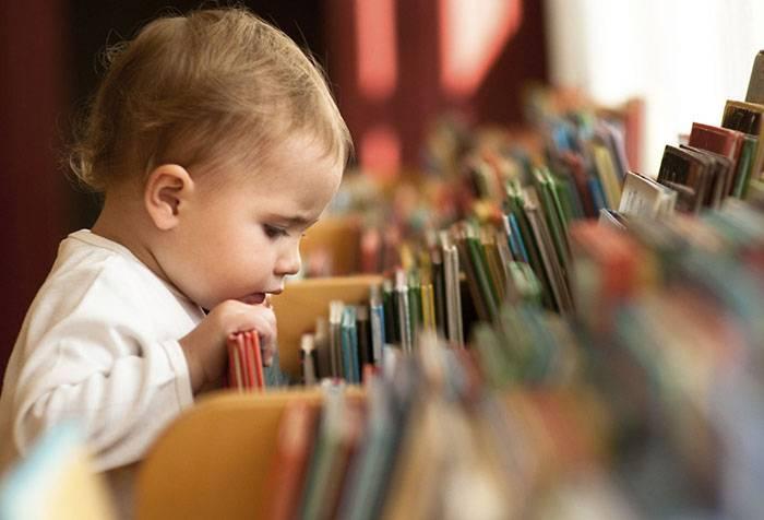 Ребенок выбирает книжку