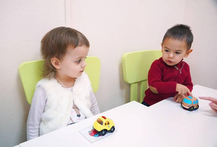 Дети на занятии с логопедом-дефектологом