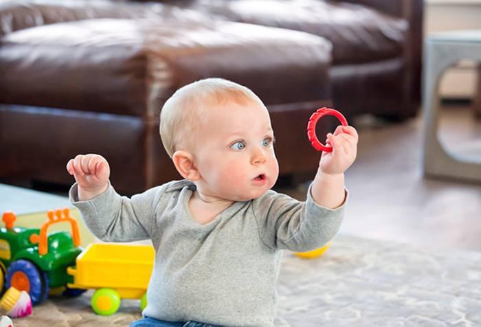 Семимесячный ребенок играет