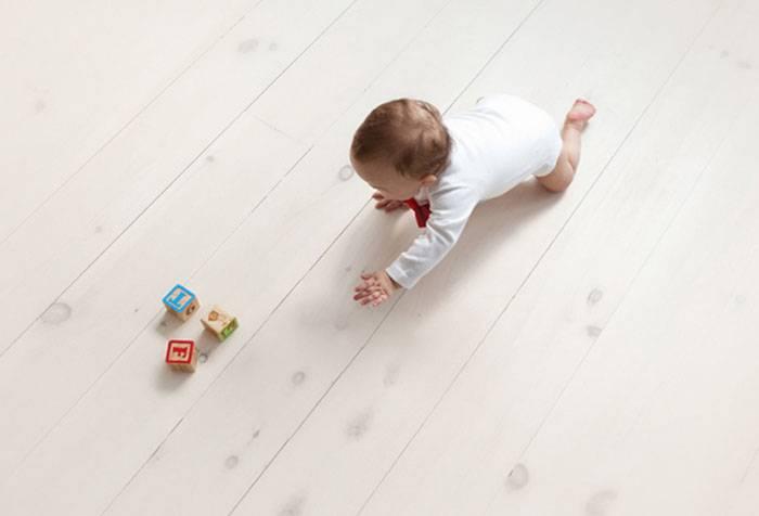 Ребенок ползет по полу к кубикам