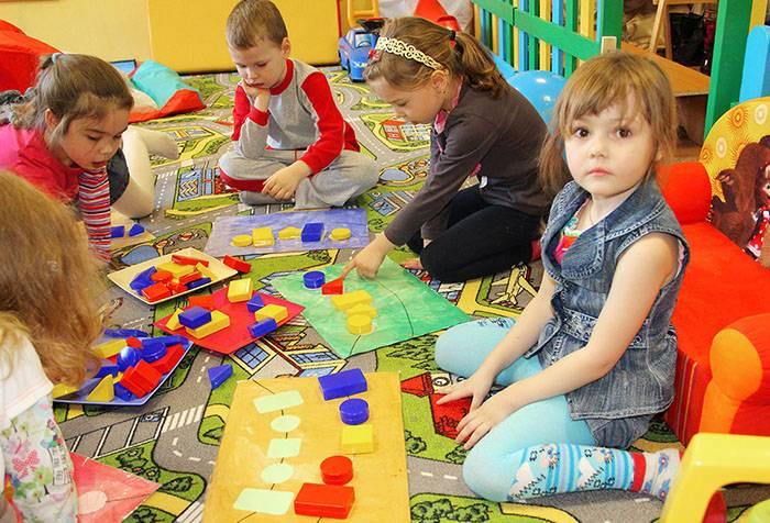 Дети играют с блоками Дьенеша
