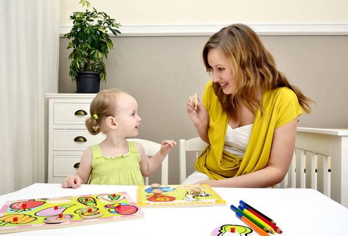 Мама играет с трехлетней дочкой