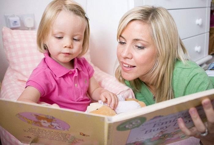 Мама читает трехлетней дочке сказку
