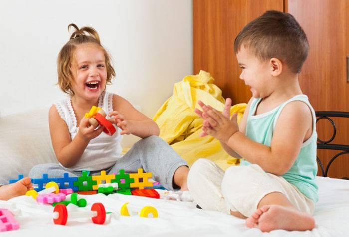 Дети собирают конструктор и смеются