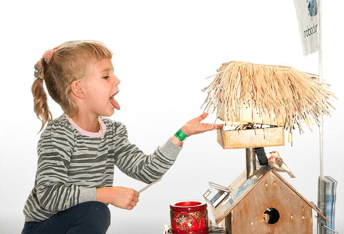 Девочка разговаривает с игрушкой