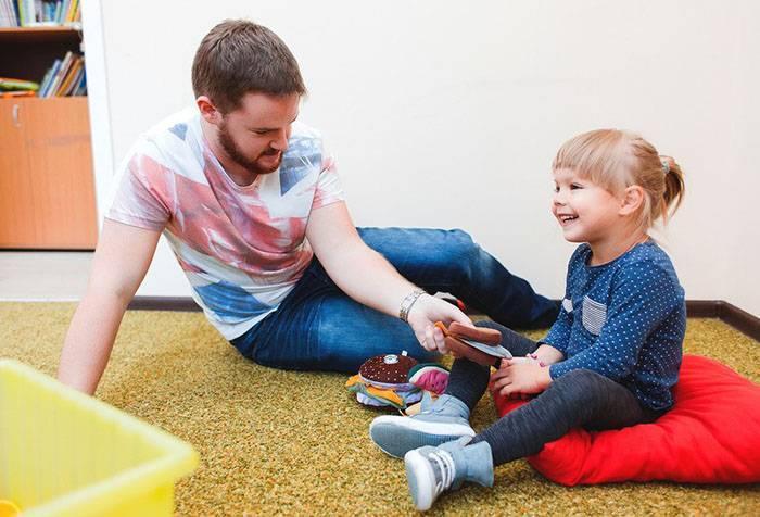 Папа играет с двухлетним сыном