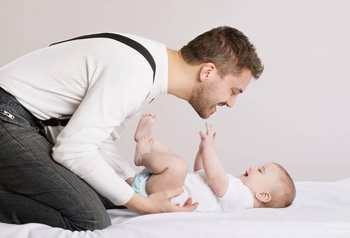 Папа общается с младенцем