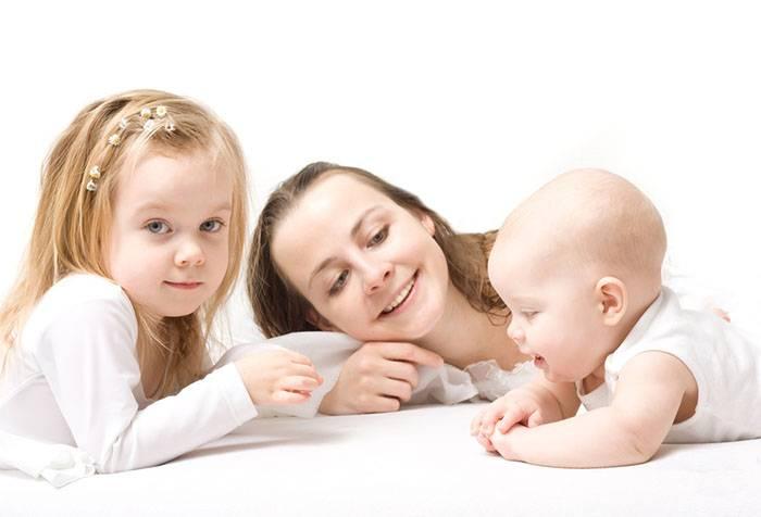 Семья общается с младенцем