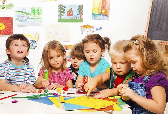 Дети занимаются аппликацией