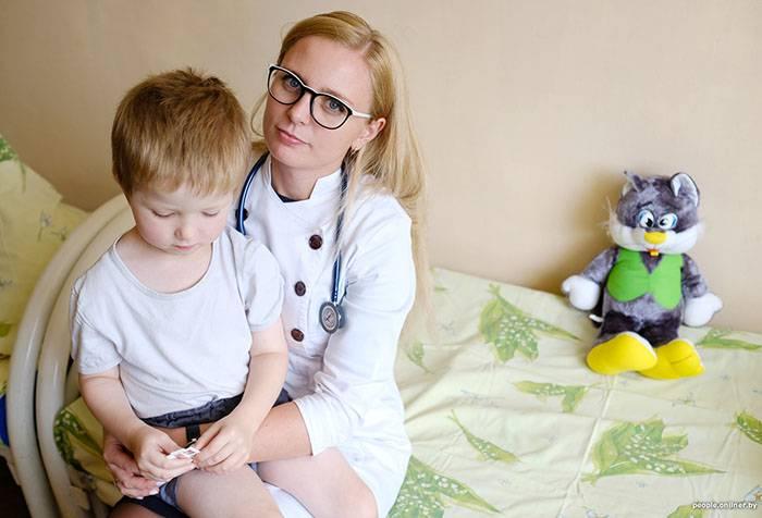 Ребенок на коленях у врача