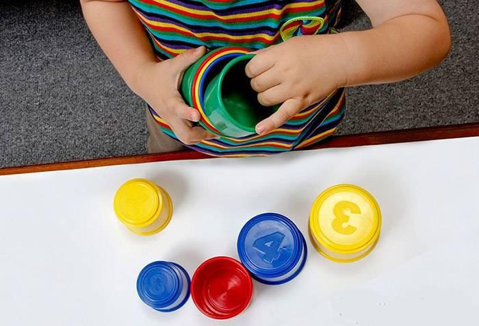 Ребенок складывает формочки по размеру