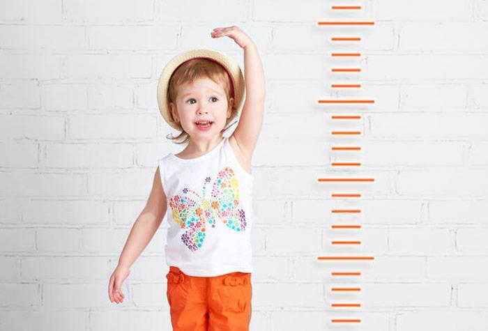 Ребенок измеряет рост