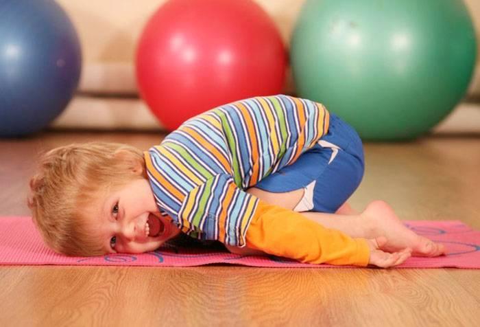 Ребенок занимается гимнастикой