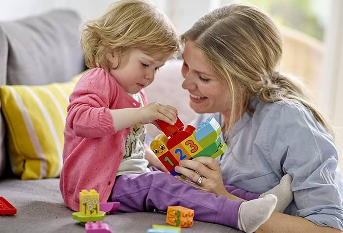 Мама играет с маленькой дочкой