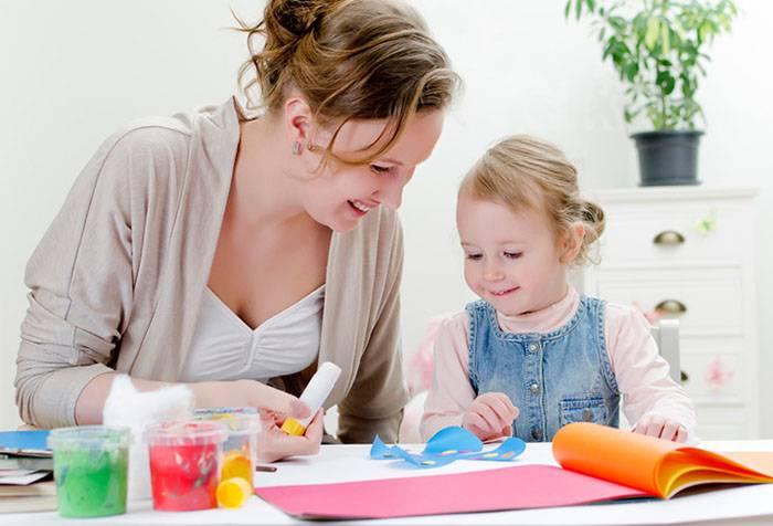 Мама с трехлетней дочкой делают аппликацию