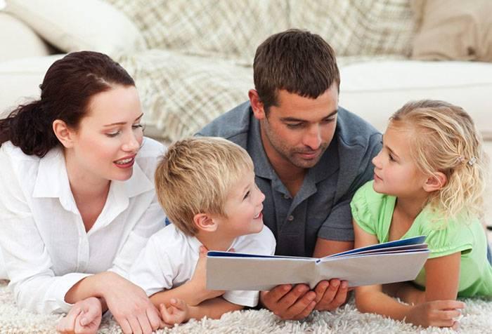 Родители с детьми читают книжку