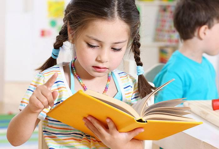 Пятилетняя девочка с книжкой