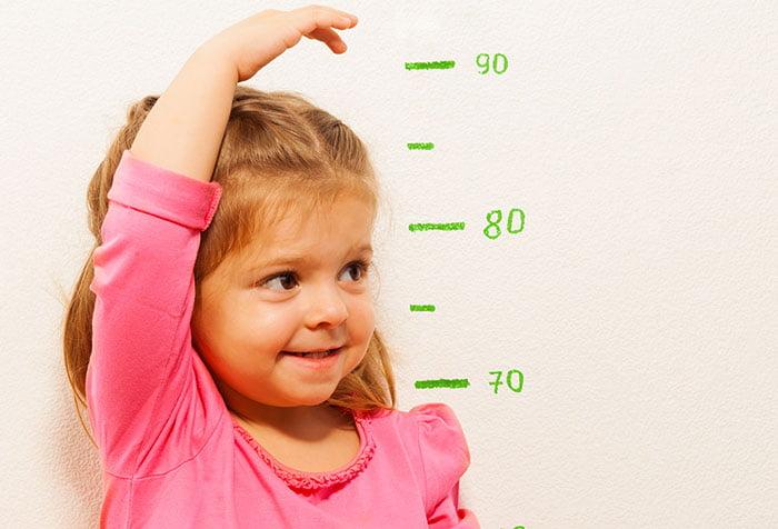 Девочка измеряет рост