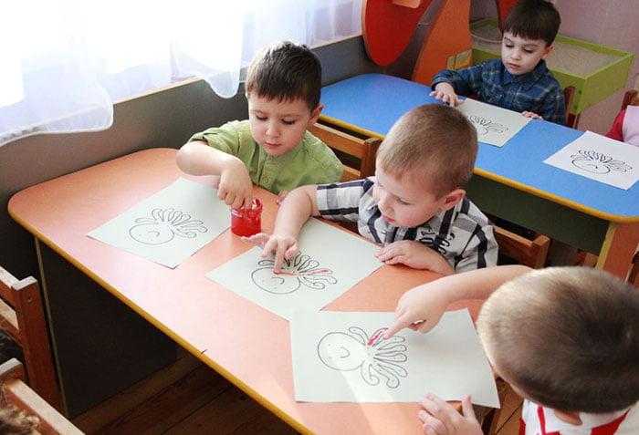 Дошкольники рисуют пальчиковыми красками