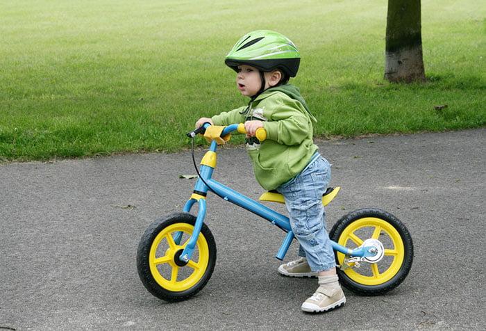 Малыш учится кататься на велосипеде