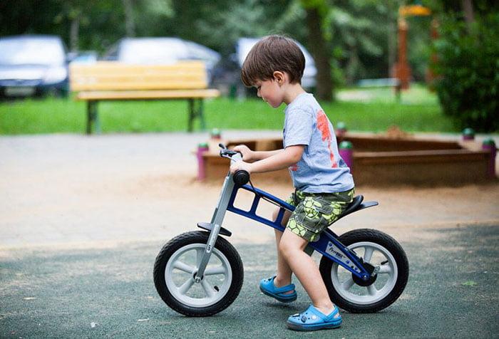 Мальчик на детском велосипеде