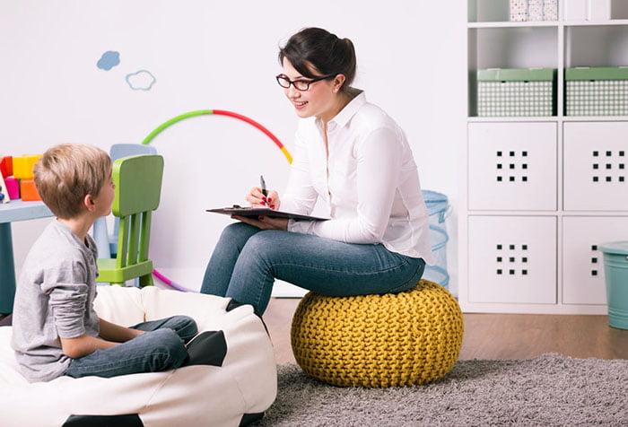 Женщина общается с ребенком