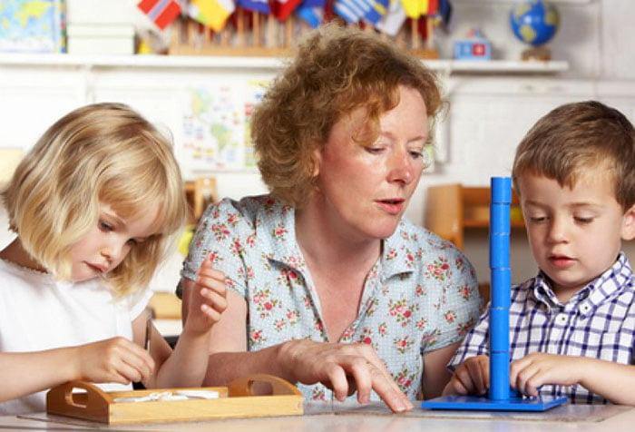 Женщина занимается с детьми
