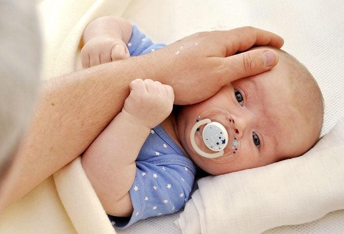 Новорожденный смотрит на папу