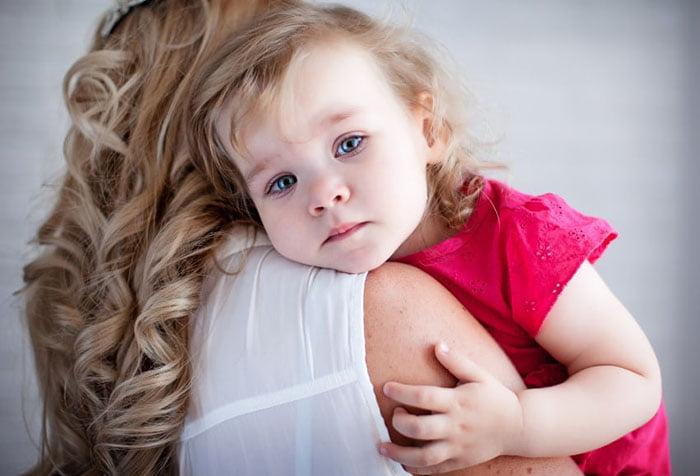 Девочка обнимает маму