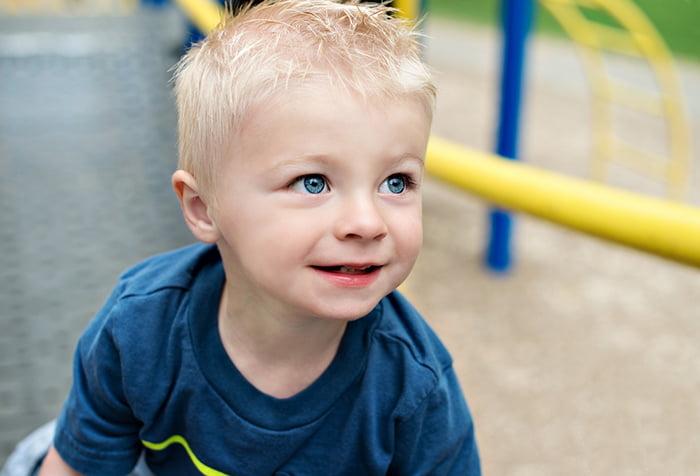 Трехлетний мальчик на детской площадке