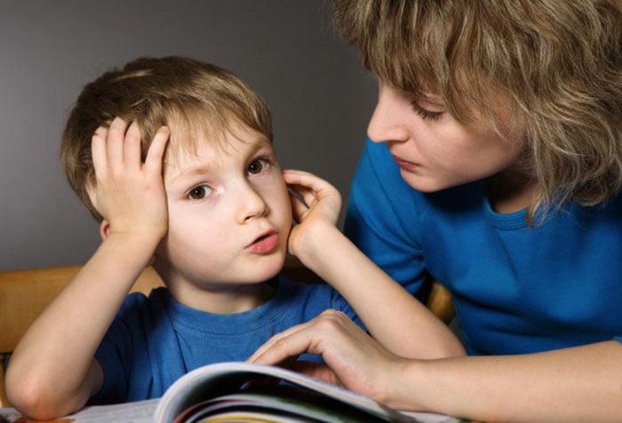Ребенок пересказывает прочитанное