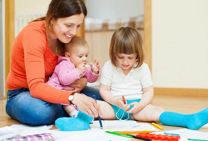 Мама рисует с детьми