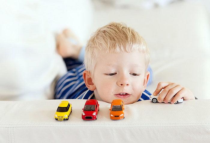 Ребенок считает машинки