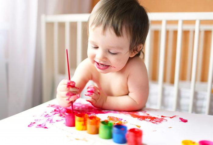 Ребенок в год и 3 месяца учится рисовать