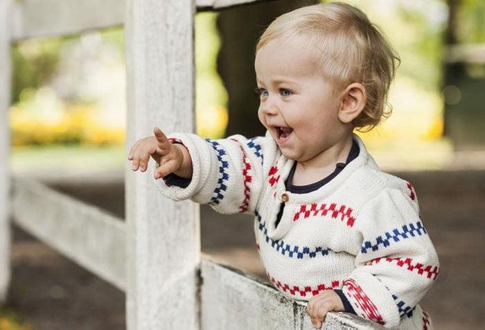 Малыш указывает пальцем