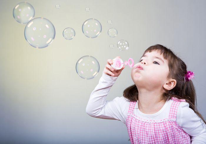 Девочка задувает шарики