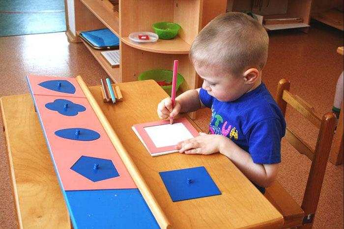 Ребенок обводит геометрические фигуры
