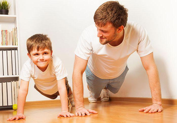 Папа с сыном отжимаются