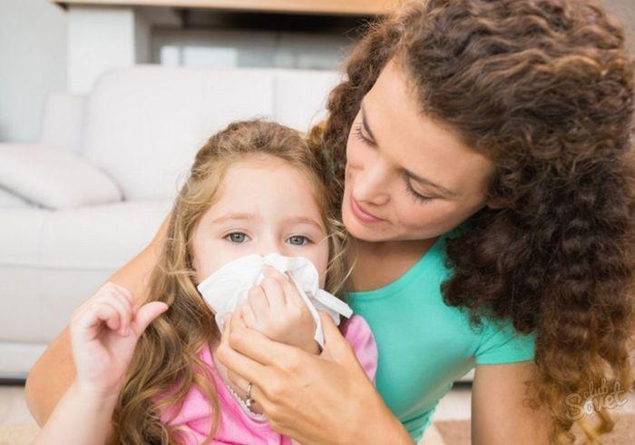 Мама вытирает нос ребенку