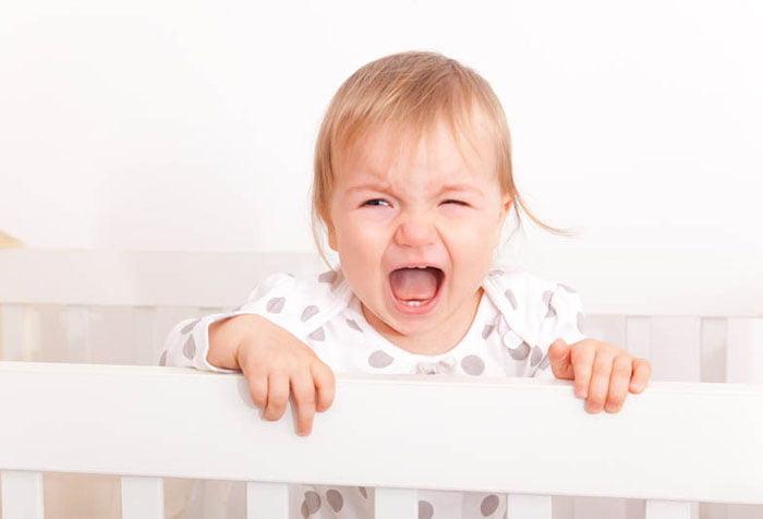 Ребенок капризничает в кроватке