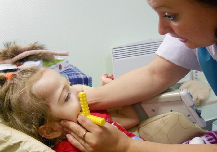 Ребенок на сеансе логопедического массажа