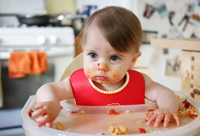 Малыш ест руками