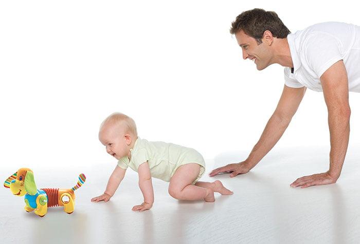 Папа ползет по полу за малышом