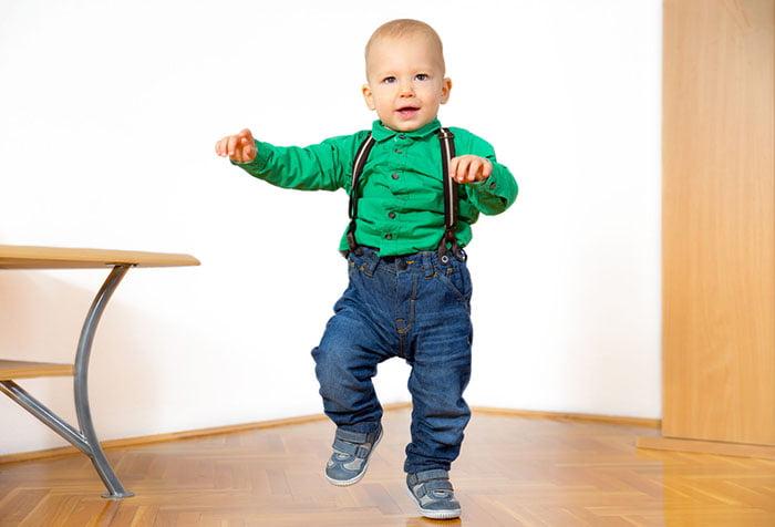 Малыш прыгает на одной ноге