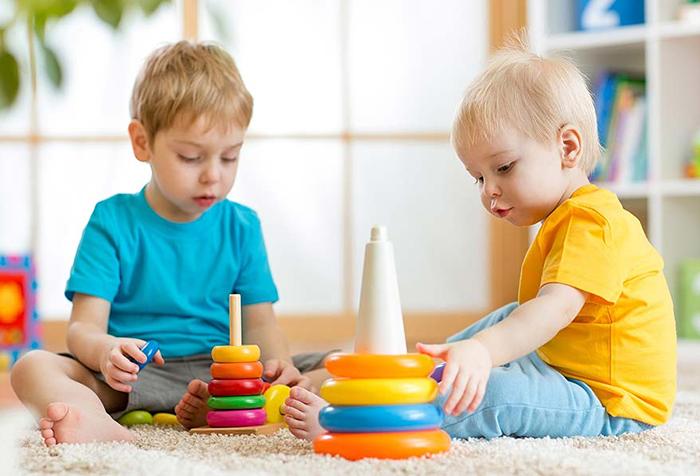 Малыши играют с пирамидками