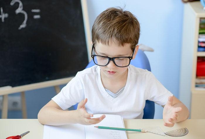 Мальчик за учебой