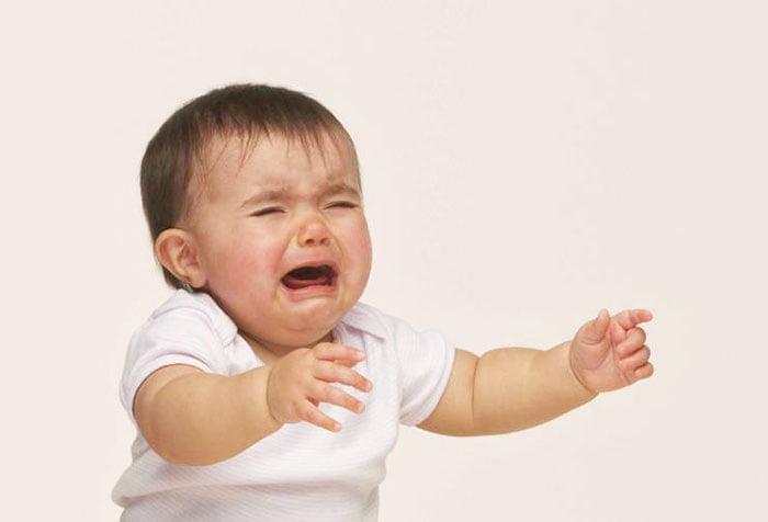 Малыш плачет и просится на ручки