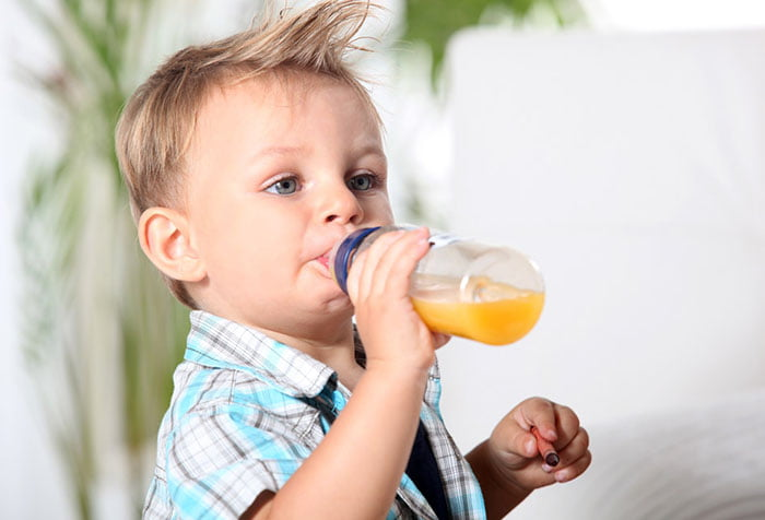 Малыш пьет сок