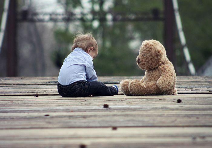 Ребенок и плюшевый мишка